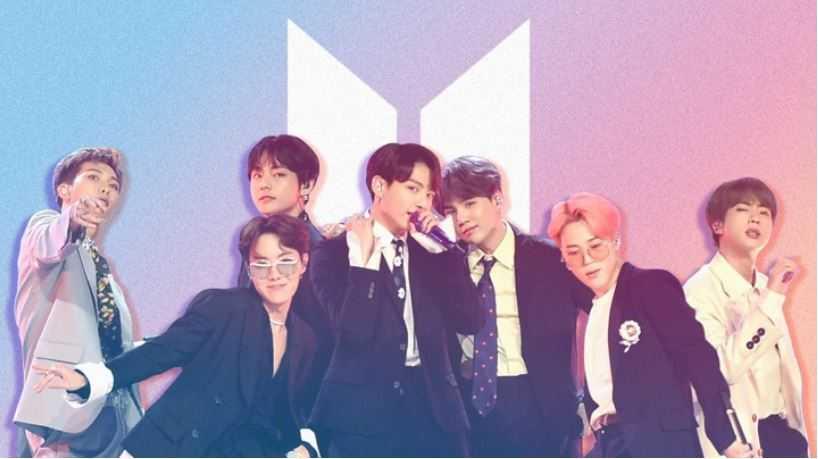 Trupa BTS cu logo in spate