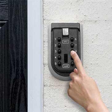 קופסא מאובטחת למפתחות, מוברגת לקיר ומגיעה עם ברגים תואמים, בעלת 10 מספרים לקומבינציות קוד שונות, מחומר עמיד השומר על המפתחות שלכם מוגנים