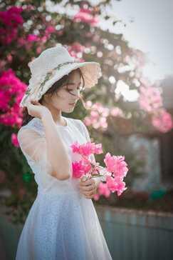 שמלות ערב שמלה סולידית בצבע לבן קיצית עם פרחים ורודים
