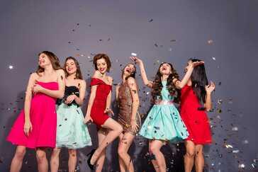 שמלות נשף - 6 נערות עם שמלות ערב בצבעים שונים