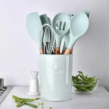 סט של בין 9-12 כלי בישול מסיליקון לבחירתך במגוון צבעים