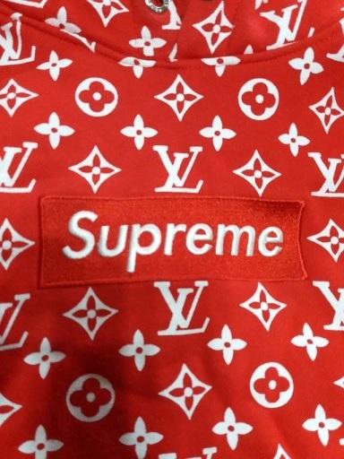 תקריב של חולצת סופרים Supreme אדומה